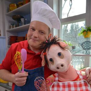 I Kocka på! hjälps Michael Björklund och Isa Gris åt med att göra mat.