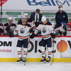 Connor McDavid ja Jesse Puljujärvi seisovat vaihtoaition edessä.