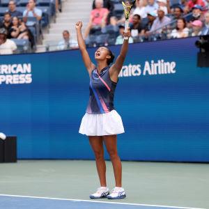 Leylah Fernandez tuulettaa voittoa.
