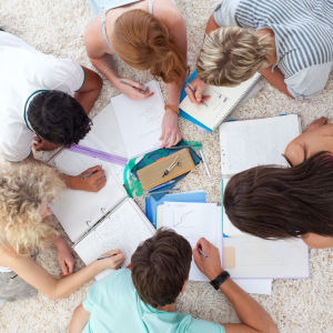 studerande läser läxor tillsammans.