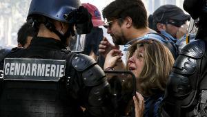 Kvinna gråter omringad av poliser under demonstration i Paris 21.9.2019.