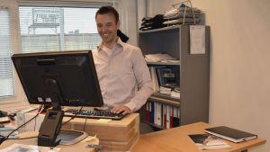 Jonas Nylud står mest och jobbar vid sin dator.