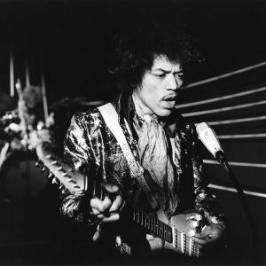 """Yhdysvaltalainen rock-muusikko Jimi Hendrix soittaa sähkökitaraa Yleisradion """"Pop-kontrasteja"""" -televisio-ohjelman nauhoituksissa 22.5.1967."""
