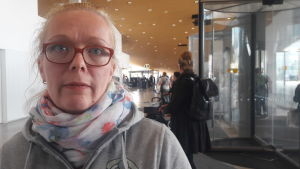Sanna Kalajanniska i centrumbiblioteket Ode.