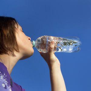 Drickande person mot blå himmel.
