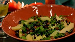 Salaattiannos lautasella.