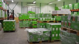 lagerutrymme med saft- och puréförpackningar.