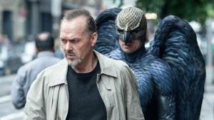 """""""Birdman"""" (Benjamin Kanes) seuraa Riggan Thomsonia (Michael Keaton) kadulla elokuvassa Birdman"""