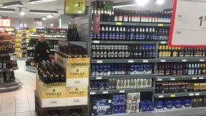 Öl och annan alkohol i en vanlig matbutik i Tallinn
