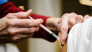 En person får coronavaccin.