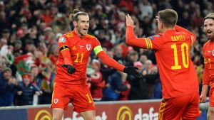 Gareth Bale och Aaron Ramsey firar mål.