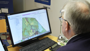 Bengt Aspelin som kollar på en karta via datorn