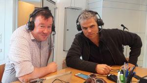 Lasse Lampenius och Larson Österberg sitter i en radiostudio med hörlurar på.