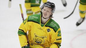 Roby Järventie firar sitt första ligamål.