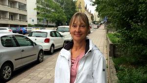 Linda Snickars står vid Klostergatan i Åbo.