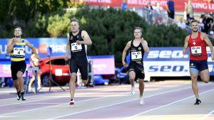 Filiph Johansson, Tommi Mäkinen, Christian Vänttinen och Erik Back springer på målrakan.