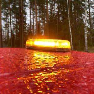 Auton katolla oleva ruskeankeltainen varoitusvalo palaa