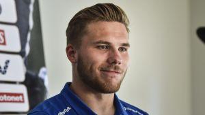 Benjamin Källman på en presskonferens.