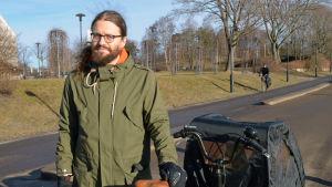 Otso Kivekäs står vid Tölövikens cykelväg med sin cykel