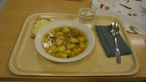 Köttsoppa gjord på ekologiska och närproducerade produkter i Höjdens skola.