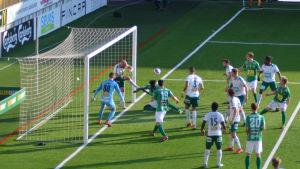 Daniel Sjölund rensar bollen.