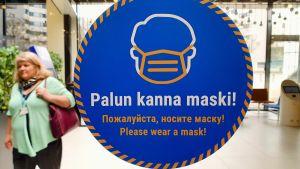 En estnisk skylt där det står att man måste använda munskydd här.
