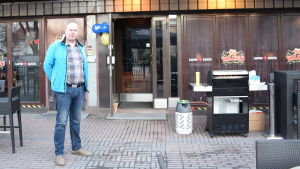 Jukka Sassi vid grillen på sin valvaka