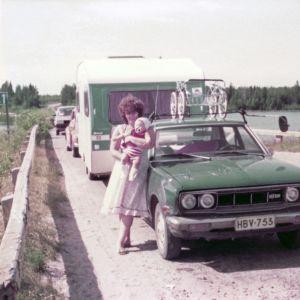 Kesällä 1983 Datsun kuljetti Soinin perheen lastenrattaineen ja asuntovaunuineen perille. Kuvassa perhe Manamansalon lossin odotuspaikalla.