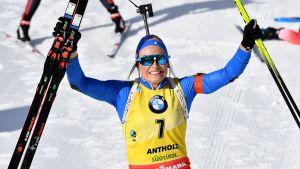 Dorothea Wierer firar segern i Anterselva.