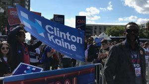 Ray Day står framför en skara Hillarysupportrar på Hofstrauniversitetet