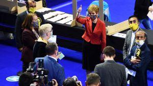 Nicola Sturgeon omringad av media.