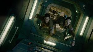 David (Jake Gyllenhaal) och Miranda (Rebecca Ferguson) svävar genom rymdstationen.