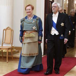 kvinna och man på röda mattan