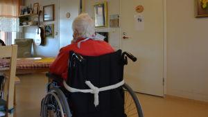 en äldre i rullstol på hemmgårdens boende