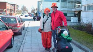 En familj utklädd inför valborg.