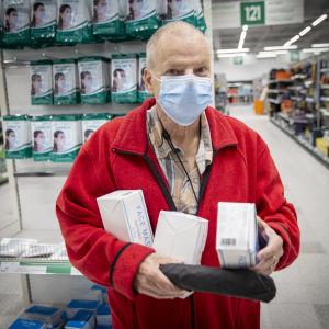 Lauri Räike Kannelmaen Prismassa ostamassa kasvomaskeja koronaviruksen takia.