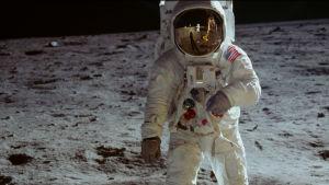 Armstrond tar de första stegen på månen.