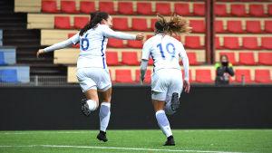 Nana Yang och Nora Lehto (t.h.) firar ett mål i matchen mot Tjeckien i kvalet i U19-EM.