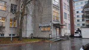 Vitt tegehus i flera våningar på Tavastgatan 10 .