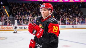 Veli-Matti Savinainen höjer sin knytnäve.