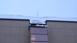 Snö på ett tak.