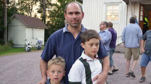 Mikko Skutnabb med sönerna Alex och Anton