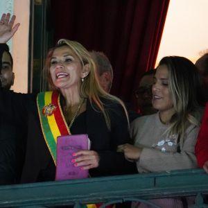 Parlamentets förre vice-talman, oppositionsledare Jeanine Anez utropade sig till övergångspresident sent på tisdag kväll