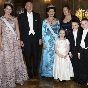 Stefan W. Hell, professor Anna Kathrin Hell samt deras barn tillsammans med prinsessan Madeleine och drottning Silvia