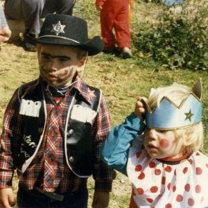 Pieni poika cowboy-asussa ja tyttö kruunu päässä juutalaisten Purim juhlassa