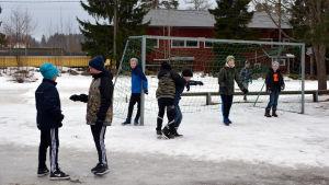 Elever vid Kråkö skola spelar fotboll