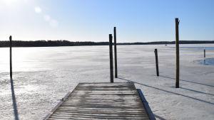 Solig och kall vårdag i Ingå småbåtshamn.