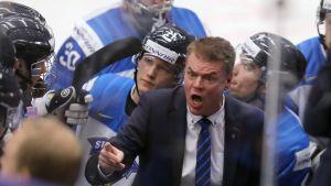 Raimo Helminen ropar åt Juniorlejonspelarna.