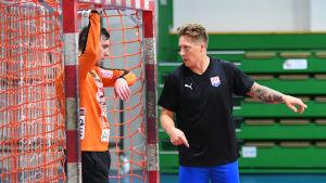 Andreas Rönnberg berättar för BK:s målvakt Bogdan Klepa hur han ska öppna spelet.