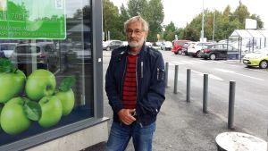 Risto Böling utanför en affär i Borgå.